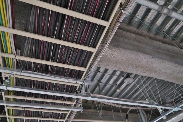 配管剥き出しの天井