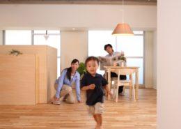 マンションの部屋で走り回る子供